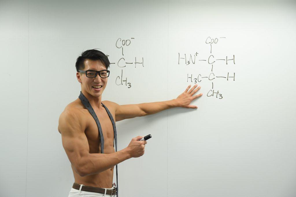 熱くアミノ酸の成分説明をするマッチョ